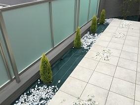 砂利敷きDIY 白い庭