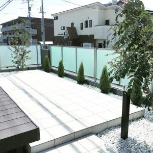 タイルデッキ 白い庭