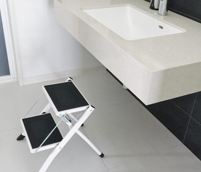 """白×黒モノトーンのステップ台と狭いスペースを使った""""吊るし収納"""""""
