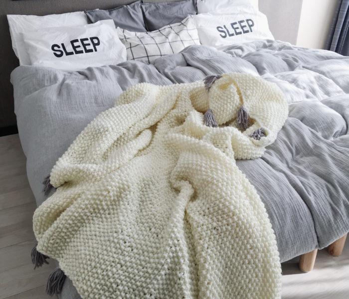 主寝室インテリア★手編みのベッドカバーで冬仕様の寝室に!