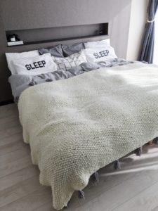 主寝室インテリア ベッドまわり