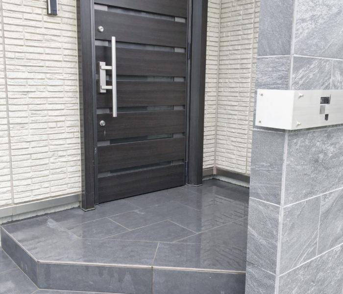 玄関の掃除に!無印良品のデッキブラシと玄関まわりの外構