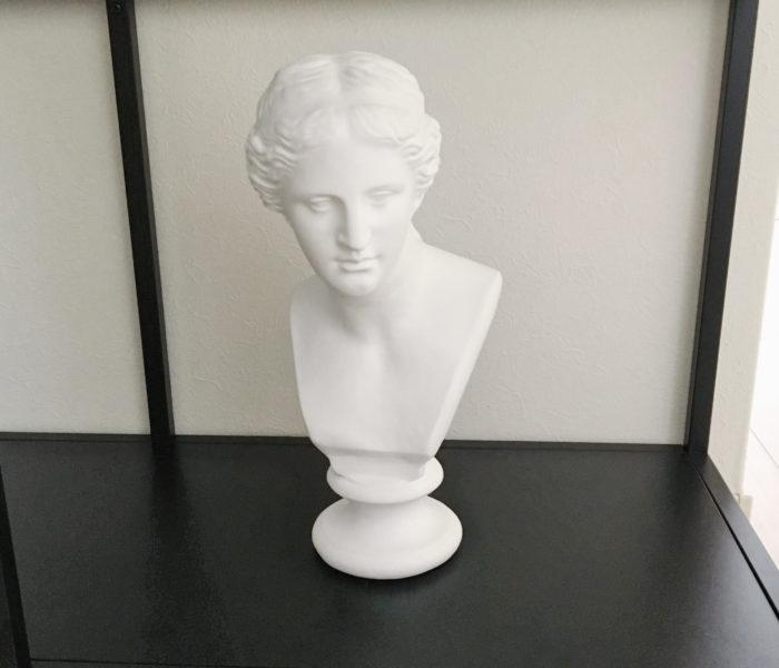 96(クロ)の日!IKEAの黒シェルフとヴィーナスの石膏像