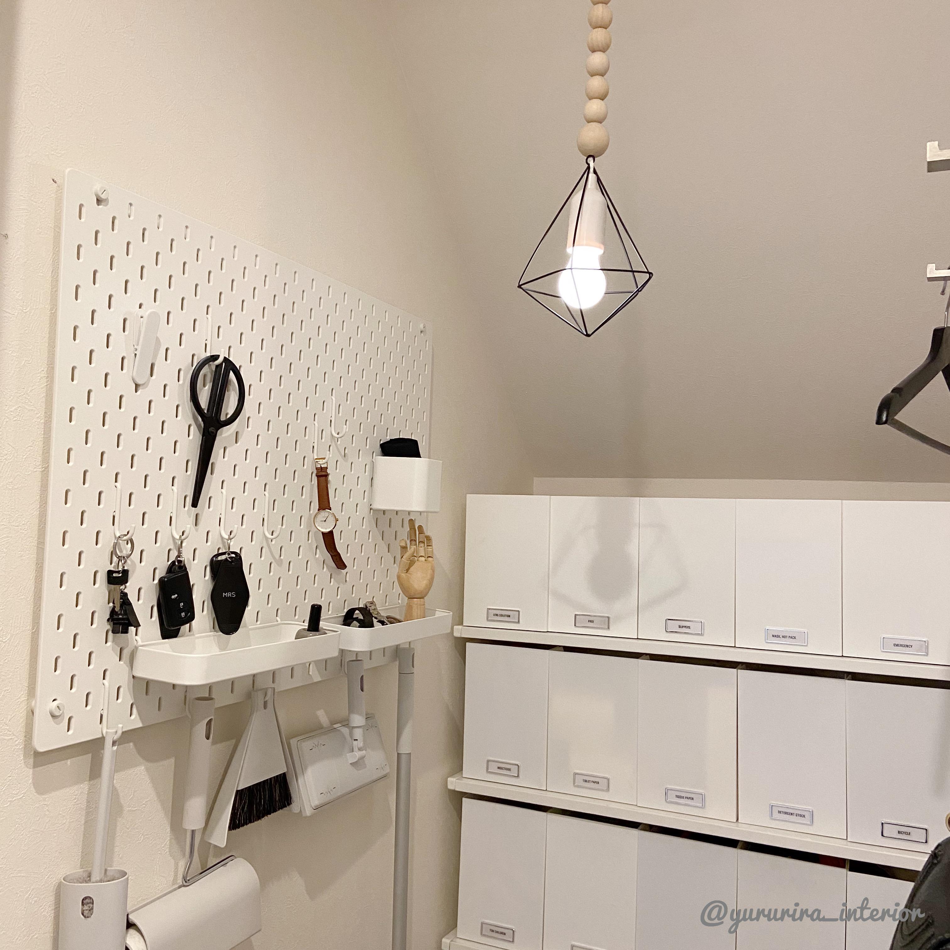100均アレンジ♪ペンダントライト風照明と日用品の収納部屋