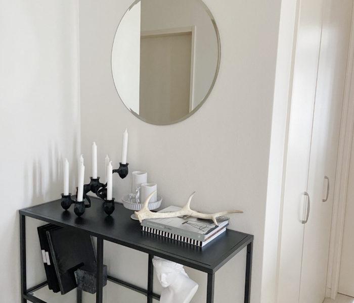 広角で撮った2階廊下インテリアと【MARC MIRREN】のブレスレット