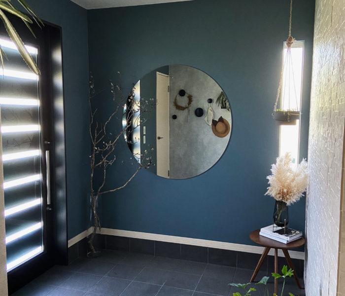 新しくなった玄関!ブルーグレー壁紙と大きな鏡を貼りました