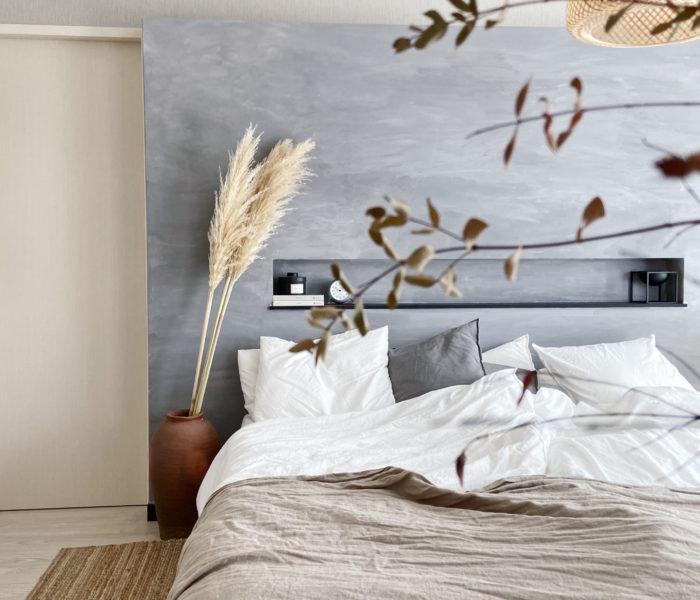 主寝室、秋支度。大きなパンパスグラスと素焼き壺