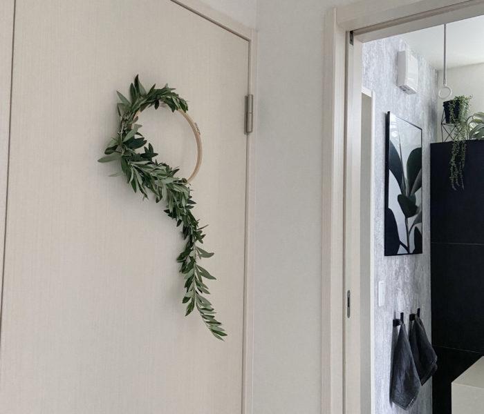 刺繍枠で…オリーブリース2作目をトイレドアに飾りました