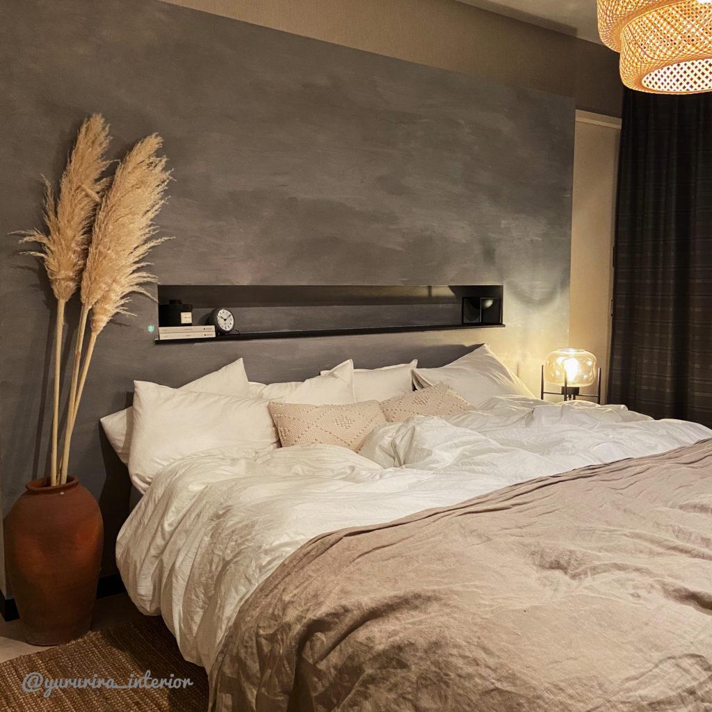 夜の主寝室…間接照明やライトでリラックスできる空間を